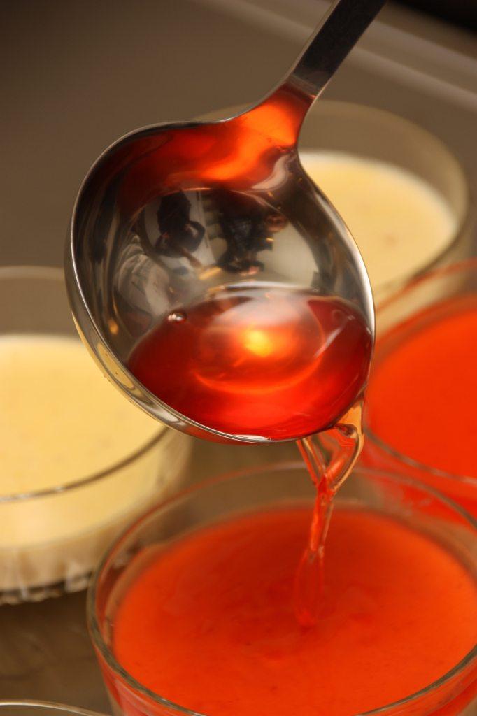 Oselia lagde gelelokk av hvitvin og sitron. Litt surt, men frisk i fargen om man bruker rødt fargestoff