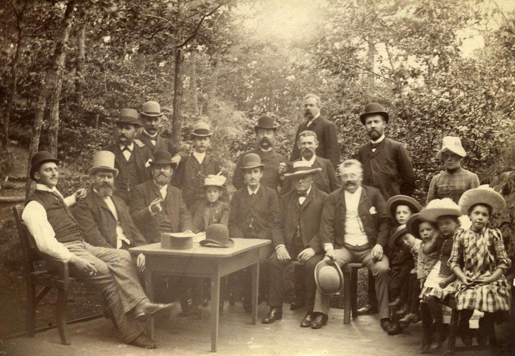 Kjeglebanen på Løvli, Hisøya, ca 1880 årene. Eydefamilien sammen med medlemmer fra bl.a. familiene Herlofsen og Smith. Foto: AAks billedsamling.