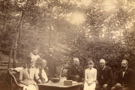 På kilebanenbanen på Løvli, Hisøya, ca 1890, sammen med bl.a. Kallevigene.  Foto: AAks billedsamling.