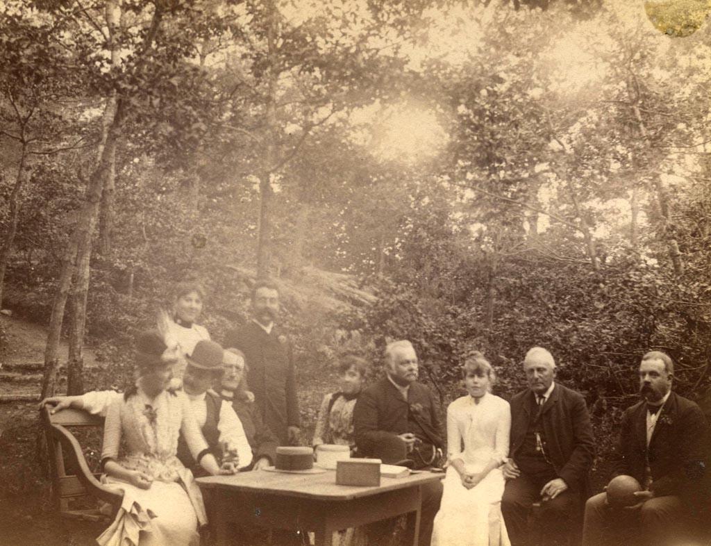 På kjeglebanen på Løvli, Hisøya, ca 1890, sammen med bl.a. Kallevigene.  Foto: AAks billedsamling.