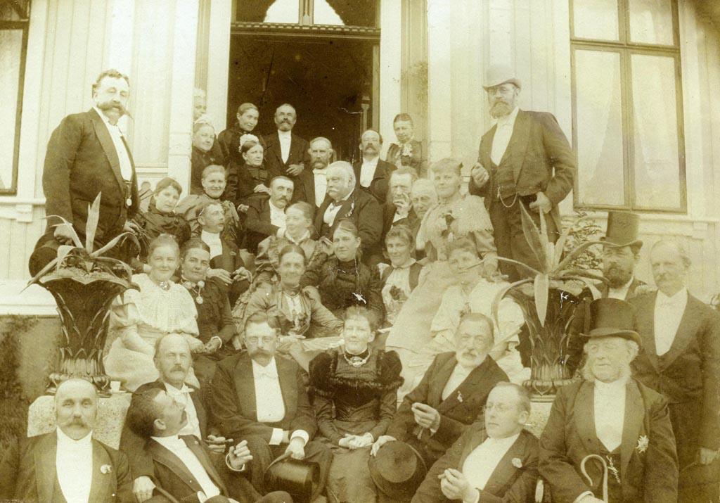 Bildet viser et samlet borgerskap fra Arendal i festlig lag på på Skovlyst, Hisøya ca. 1880-90 åra.