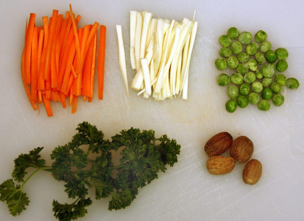 Få, men nærinsrike og gode ingredienser i grønn ertesuppe. Gulrøtter, pastinakk, grønne erter, persille og muskat.