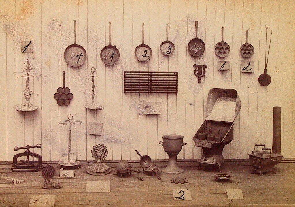 Vi har i samlingene våre en katalog over produkter fra Havstad Støberi.  Katalogen er trolig fra 1870-årene og viser et mangfoldig og spennende utvalg  av støpejernsprodukter. På bildet ser vi et utvalg,blant annet strykejern, panner, vaffeljern og munkejern. Det  er sannsynlig at flere av disse produktene var i bruk på kjøkkenet hos familien Eyde.AAM 22231