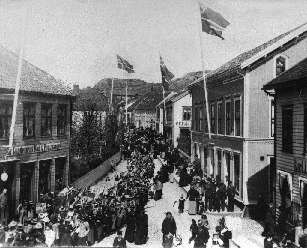 AAks-FL-saml-Neg nr 24903-17 mai 1897-98- Toget passerer byens sentrum
