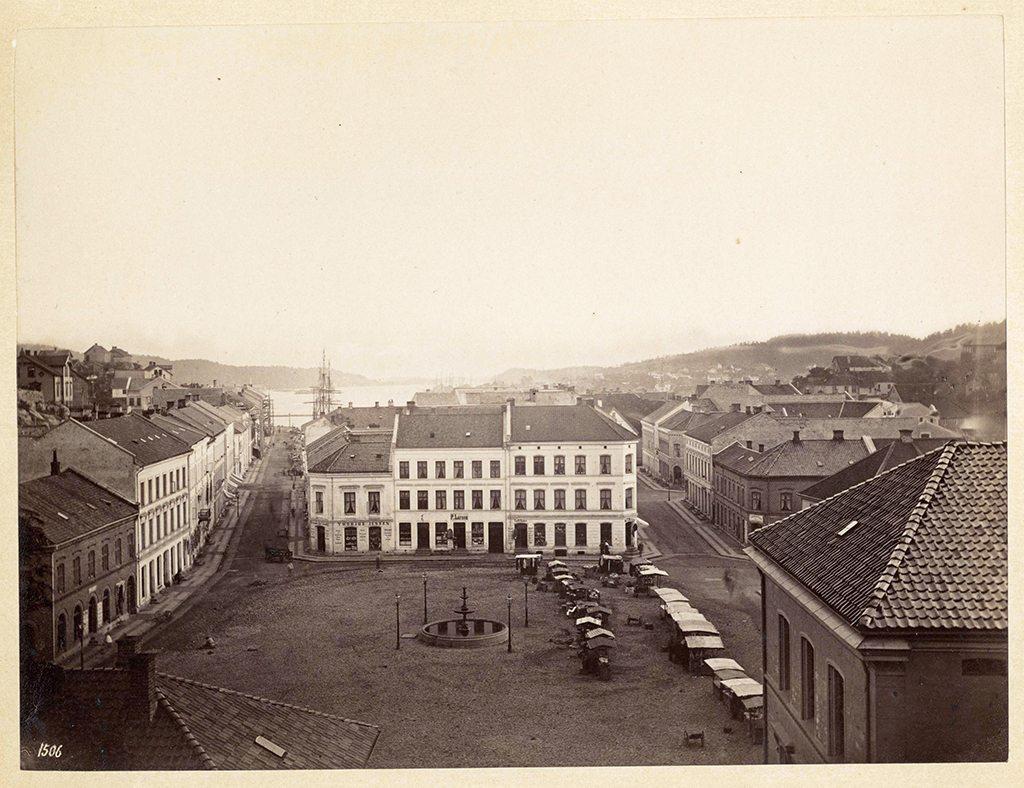 Torvet. Familien Klifoth bodde i bygningen i midten, der baker Jørgensen holder til i dag. Billedsamlingen, Kuben. Fotograf: K. Knudsen.