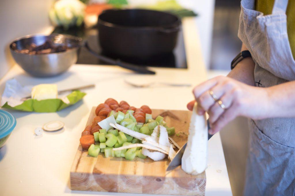 Grønnsaker skrelles og kuttes