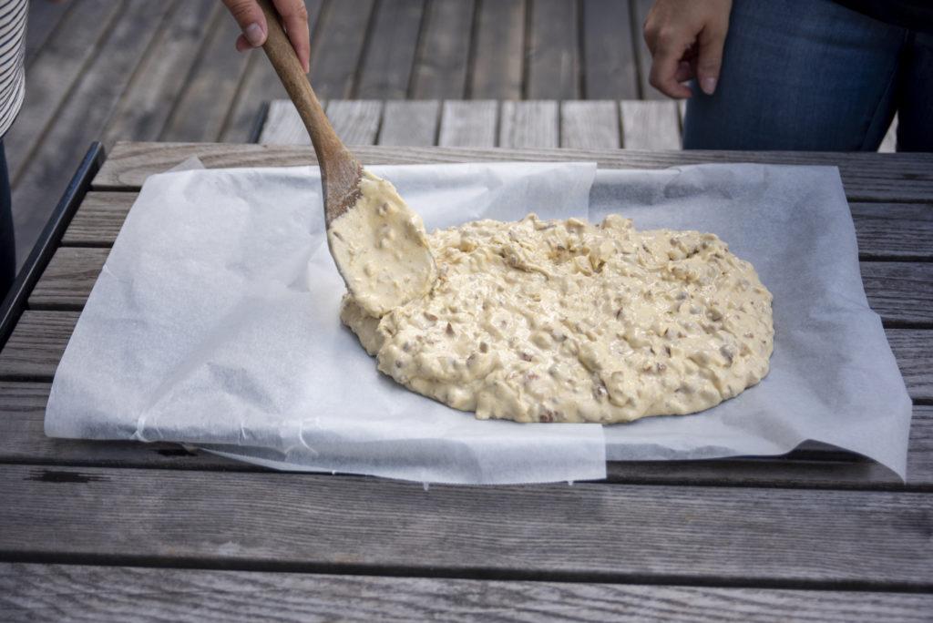 Deigen smøres utover en plate med bakepapir i ca 1-2 cm tykkelse.
