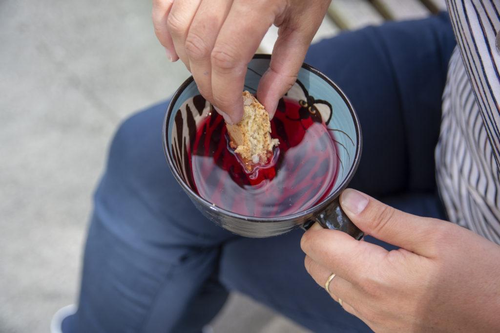 God å dyppe! Nyt sommeren med en bit Kornisbrød og en kopp te, litt Vino Santo eller en deilig kopp kaffe
