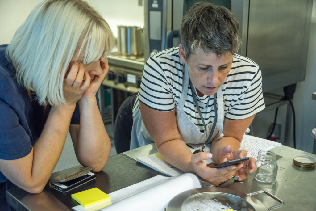 Lise og Monika diskuterte, grublet og googlet. Kan det virkelik stemme at det skal smake så mye eddik?