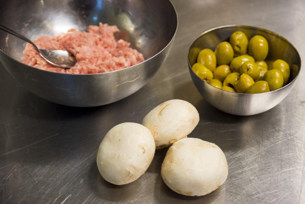 Få og enkle ingredienser i Oselias timbaler, kjøttdeig av kylling, sopp og oliven.