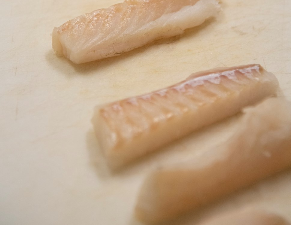 Vi skjærte fisken i avlange biter som var ca 2 cm tykke