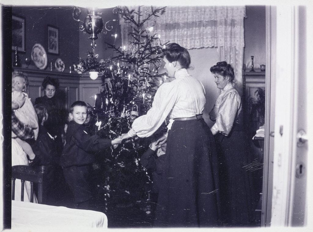 Gang rundt juletreet i en stue.