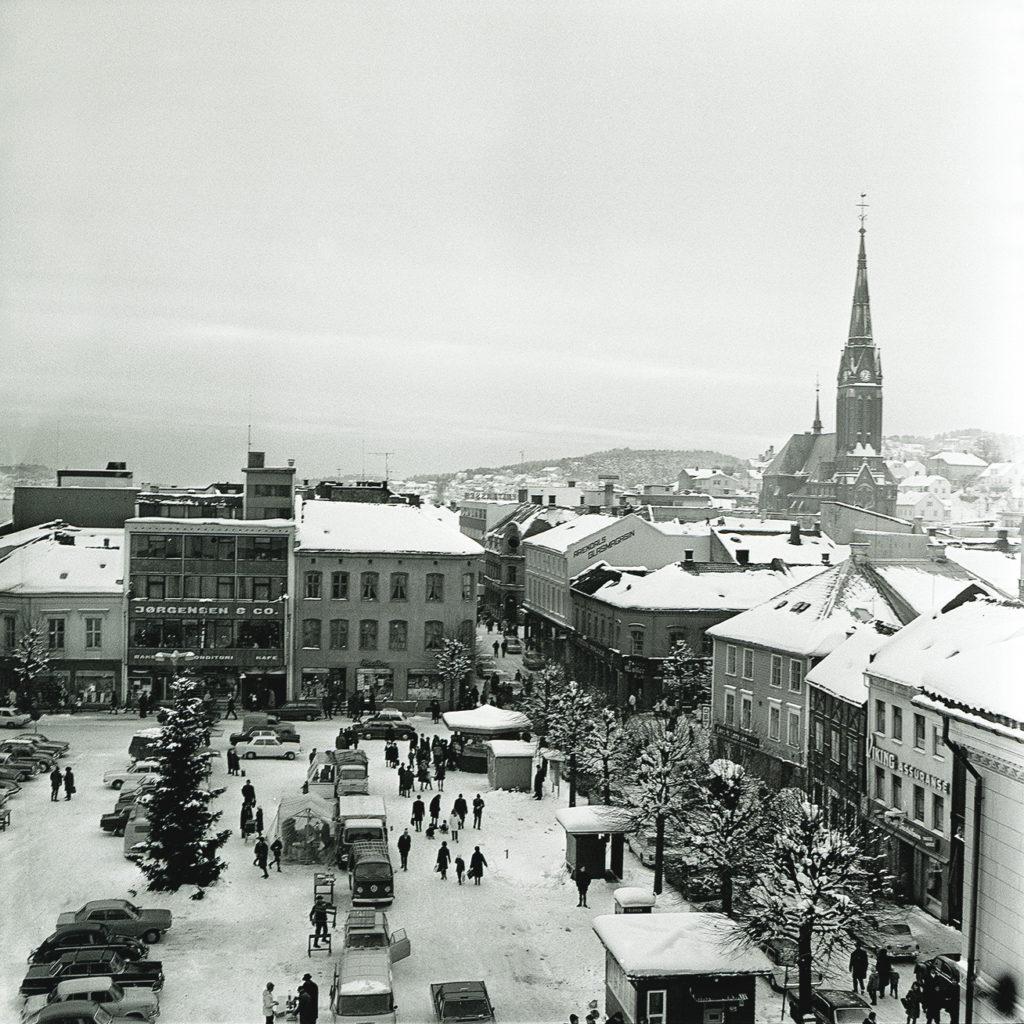 Julegran på Arendal Torv desember 1969. Bildet er fra Sørlandske Tidentes arkiv/Aust - Agder museum og arkiv, KUBEN.